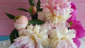 Estaci?n del ramo de la c?mara lenta de la primavera del florero del vintage de la flor de la peon?a en un compositionon del flor metrajes