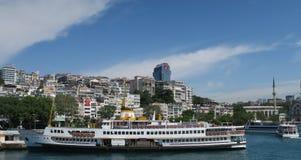 Estación del transbordador de Karakoy en el Bosphorus en Estambul, Turquía foto de archivo