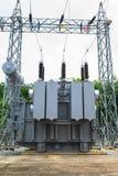 Estación del transformador y el polo de alto voltaje Imagen de archivo