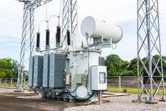 Estación del transformador y polo eléctrico de alto voltaje Foto de archivo