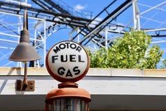 Estación del vehículo del gas combustible y de motor imagen de archivo libre de regalías