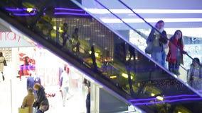 Estación en la alameda de compras, muchas mercancías de compra de la venta de la gente en las tiendas, comercio al por menor almacen de video