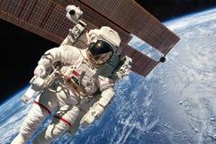 Estación espacial internacional y astronauta imagenes de archivo