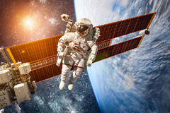 Estación espacial internacional y astronauta Fotografía de archivo
