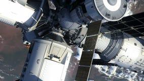 Estación espacial y tierra que está en órbita del transbordador espacial ilustración del vector