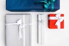 Estación festiva de la selección de los regalos que elige presentes fotografía de archivo