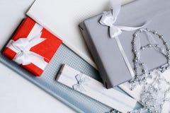 Estación festiva de la selección de los regalos que elige presentes imágenes de archivo libres de regalías