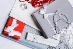 Estación festiva de la selección de los regalos que elige presentes foto de archivo