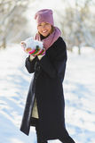 Estación, la Navidad, días de fiesta y concepto de la gente - la mujer joven sonriente en invierno viste al aire libre Fotos de archivo libres de regalías