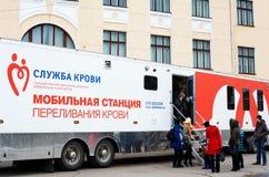 Estación móvil del hemotransfusion en la universidad Foto de archivo libre de regalías