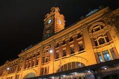Estación Melbourne del Flinders por noche Fotos de archivo libres de regalías