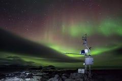 Estación meteorológica automatizada telecontrol en el ártico - aurora boreal Foto de archivo libre de regalías