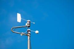 Estación meteorológica contra el cielo de la falta de definición Foto de archivo libre de regalías