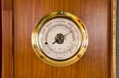 Estación meteorológica del termómetro del barómetro en la madera imagenes de archivo