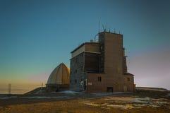 Estación meteorológica en Botev máximo, el pico más alto de las montañas del planina de Stara en la puesta del sol o fotos de archivo libres de regalías