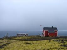 Estación meteorológica en la costa costa del nord de enero Mayen fotografía de archivo