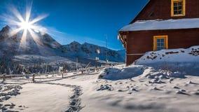 Estación meteorológica en las montañas en invierno Fotografía de archivo libre de regalías
