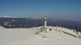 estación meteorológica en paisaje nevado de la montaña