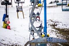Estación ocupada del esquí en una estación de esquí del lugar del invierno Imagen de archivo libre de regalías