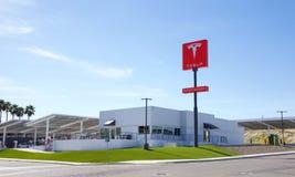 Estación que sobrealimenta para los coches de Tesla en la ciudad de Kettleman Fotografía de archivo