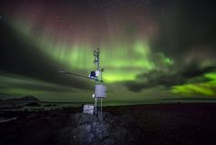 Estación remota con la aurora boreal - ártico, Spitsbergen del meteo Foto de archivo