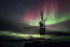 Estación remota con la aurora boreal - ártico, Spitsbergen del meteo Fotos de archivo