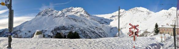 Estación taciturna de la montan@a a lo largo del ferrocarril expreso de Bernina Fotos de archivo