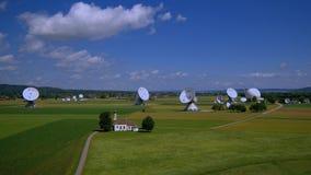 Estación terrestre por satélite Raisting, Baviera, Alemania metrajes