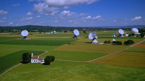 Estación terrestre por satélite Raisting, Baviera, Alemania almacen de video
