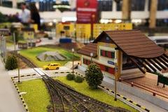 Estación y barrera miniatura de tren fotografía de archivo