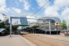 Estación y paisaje urbano del tranvía en centro de ciudad de Rotterdam Foto de archivo