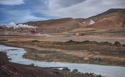 Estación y río de la energía geotérmica en Islandia Fotos de archivo libres de regalías