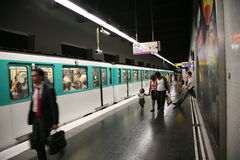 Estación y tren de metro de París Fotografía de archivo libre de regalías
