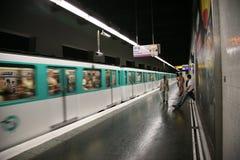 Estación y tren de metro de París Fotos de archivo