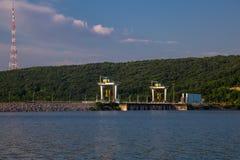 Estaci?n hidroel?ctrica grande El flujo de agua ucrania imágenes de archivo libres de regalías