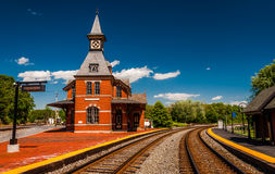 Estación de ferrocarril histórica, a lo largo de vías del tren Imagenes de archivo