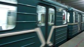 Estación de metro con las columnas en Moscú almacen de video