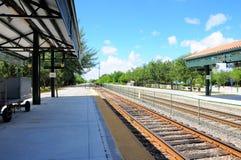 Estación de tren, carro del equipaje, vías en la Florida del sur Imágenes de archivo libres de regalías