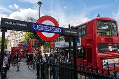 Estación del metro de Londres y autobús rojo en Trafalgar Square Imágenes de archivo libres de regalías