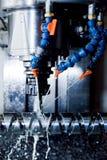 Estación que trabaja a máquina del CNC en el trabajo El moler, roscando industria Fotos de archivo