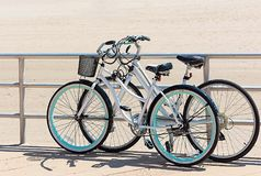 Estacionado visitando bicicletas na praia imagem de stock royalty free