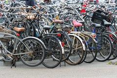 Estacionamento aglomerado da bicicleta fotografia de stock