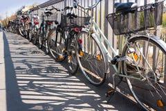 Estacionamento caótico em uma cidade - transporte da bicicleta/bicicleta, transporte público - bicicletas roubadas, bicicletas ve fotos de stock
