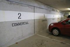 Estacionamento comercial subterrâneo foto de stock