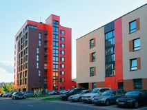 Estacionamento complexo da rua da construção residencial da casa de apartamento foto de stock