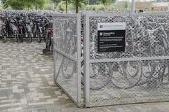 Estacionamento da bicicleta na universidade de Amsterdão no parque de ciência Amsterdão o 2018 holandês imagens de stock royalty free