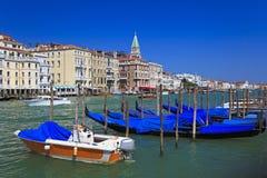Estacionamento da gôndola. Canal grande em Veneza. imagem de stock