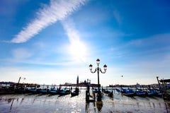 Estacionamento da gôndola na margem de Veneza Fotos de Stock