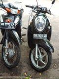 Estacionamento da motocicleta e do 'trotinette' perto do mercado Denpasar foto de stock