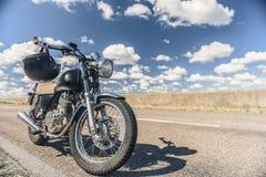 Estacionamento da motocicleta na estrada Fotos de Stock